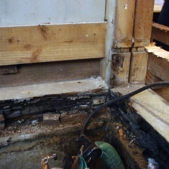 工事前:浴室のリフォームでは、柱や土台の腐れや白蟻被害に対しての配慮が大事。 この写真は土台の腐れ。