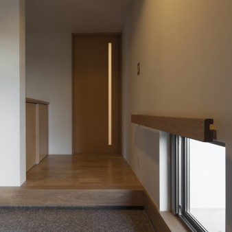 4:玄関(親) 高さを抑えた玄関の足元には、地窓からの柔らかな光が届く。