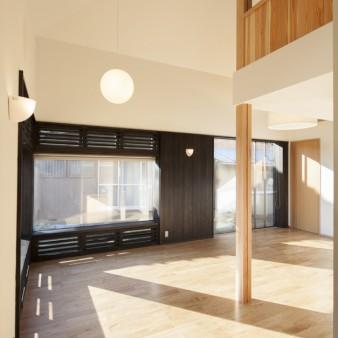 5:居間(親) 光を絞り、高さを低く抑えた玄関とは対照的な、おおらかな空間の居間。