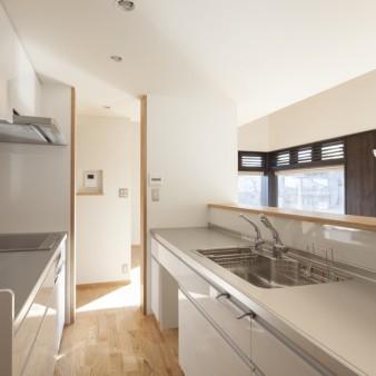 7:台所(親) カウンターの高さは1100mmとし、収納を兼用している。上部のガラスは納屋に眠っていたものを再利用している。