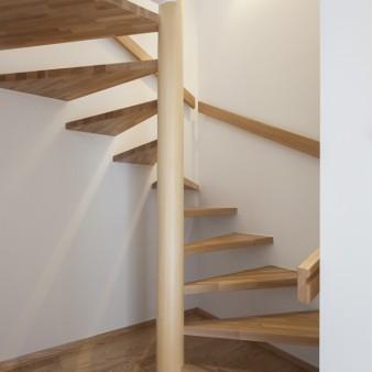 10:階段(親) 階段室の窓を開けると、一気に空間の風が流れ出す。