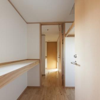 14:露地 エントランスポーチを抜けると子世帯の玄関。板塀で囲まれた空間は親世帯の水廻りでバスコート。
