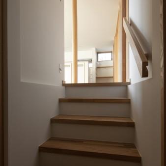 18:居間(子) 左の階段で玄関、手摺の埋め込まれた右の階段はワークルームに繋がる。