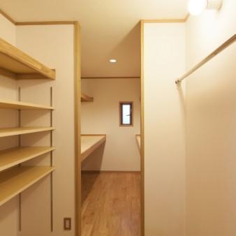 22:居間(子) 居間から台所を見る。