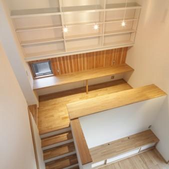 27:ワークルーム(子) 2階から本棚、机を設えたワークルームを見下ろす。