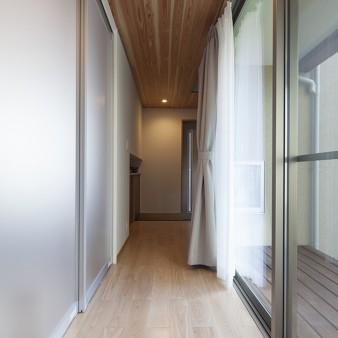 4、玄関:玄関には階段下を利用したSICやさりげなく手すりを設えてある。