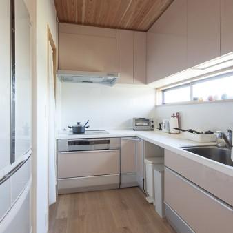 8:台所 キッチン、家電、食品庫を機能的に配置している。