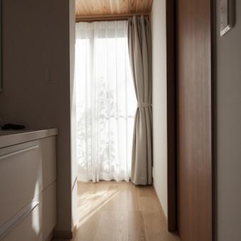 11:洗面所 正面の窓らは中庭、そして物干場へスムーズにアプローチ出来る。