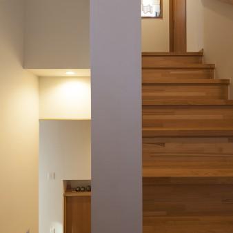 12:階段 踊り場から見る。右手は2階へ、左手は玄関。