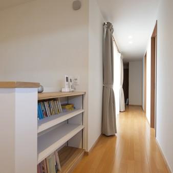13、階段ホール:廊下を見通す。左手は中庭に面したバルコニー、右手は寝室がある。