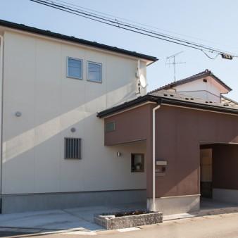 1:外観 車庫の上は小屋裏収納となっている。