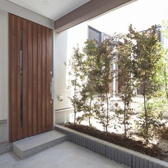 2:車庫 車庫の先には適度な目隠しが施された中庭がある。