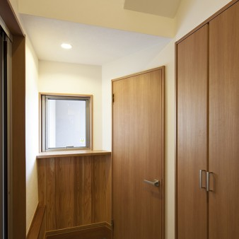 3:玄関 右側の扉は下駄箱やSIC。上部の吹き抜けより柔らかな光と風が落ちてくる。