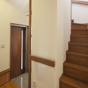 5:ホール 適所にタモの無垢材を加工した手摺を設置している。