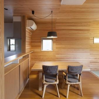8:食堂 タモ材で製作されたキッチンカウンターに合わせ、施主が選んだタモ材のテーブル。