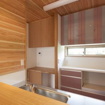 10:台所 食器棚だけでなく、主婦コーナーの機能を兼ねたスペースが設えてある。