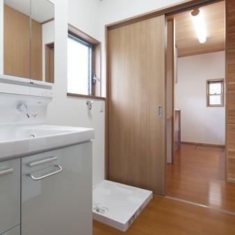11:洗面所 廊下だけでなく台所からの動線も確保されている。