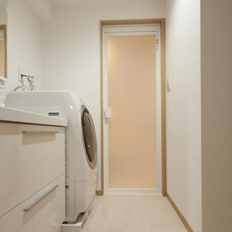 2:洗面所 洗面所、トイレの床はメンテナンスのしやすいタイル張り。