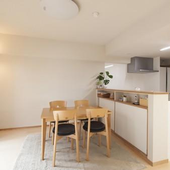 5:居間、食堂 キッチンカウンターは、飾り棚と収納を兼用してる造り付け家具。