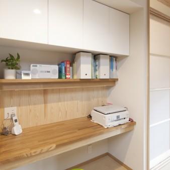 6:主婦コーナー 戸棚、机、照明が機能的に設えてある。