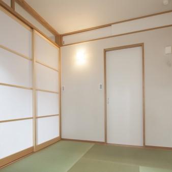 7:寝室 居間とは柔らかく光を通すワーロン障子で繋いでいる。正面はWIC。