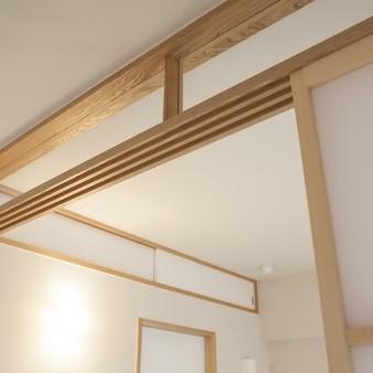 9:居間 欄間ガラスを透明にする事で視線が抜け、実際の床面積以上の広がりを感じる。