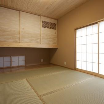 3:和室 空調が組み込まれた吊押入れの下には、通風を促す地窓を設けてある。