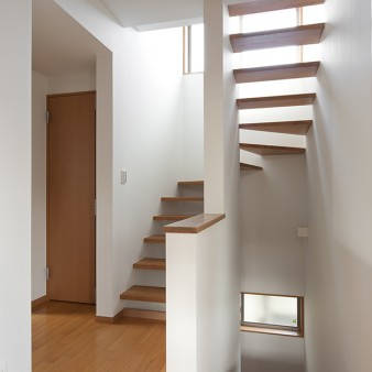 5:階段室 段板の隙間からこぼれる光が、空間に軽やかさを加える。