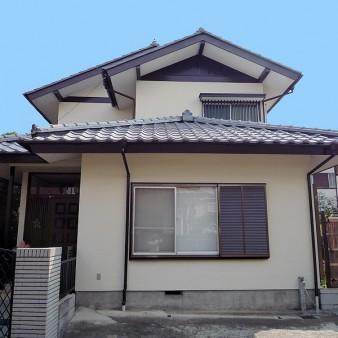 工事完了:外部塗装。屋根(セメント瓦)を漆喰直しの上塗装。 軒天張り替え。雨戸を木製からアルミ製に変更。
