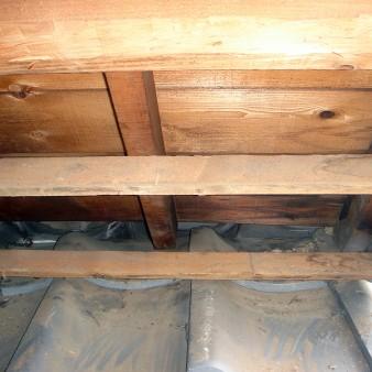 工事中:断熱材、鳥の巣を撤去。