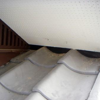 工事完了:新規軒天を張り、瓦との隙間は屋根漆喰にて塞ぎ完成。