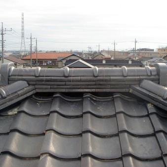 工事完了:親棟と隅棟の取り合いを側面から見る。