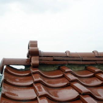 工事前:親棟見る。漆喰が無くなり、巴瓦の部分は反対側の景色が見えている。