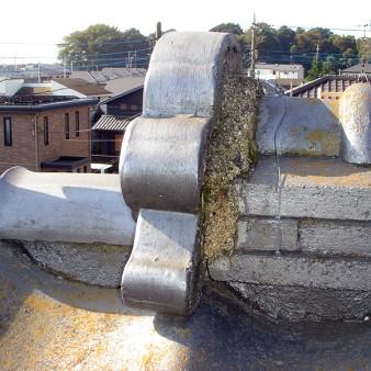 工事前:鬼瓦を側面から見る。漆喰の剥離や瓦にコケや藻が出てきている。