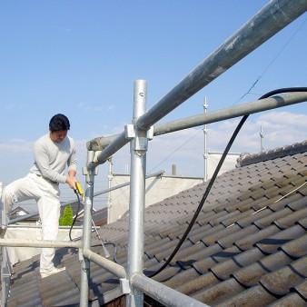 工事中:高圧洗浄で、苔や藻そして汚れを洗い落とす。
