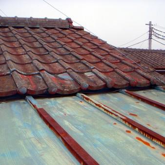 工事前:瓦棒屋根に錆びの浸食により孔が空き、セメント瓦との取り合い部分に雨漏れの原因がある。