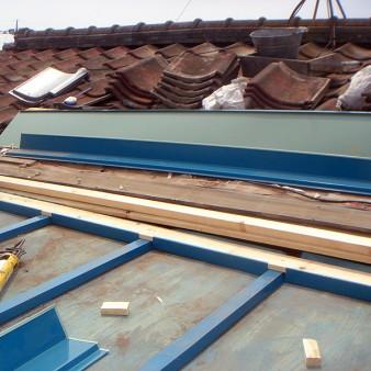 工事中:セメント瓦との取り合い部分に水切り、雨押さえを取り付ける。