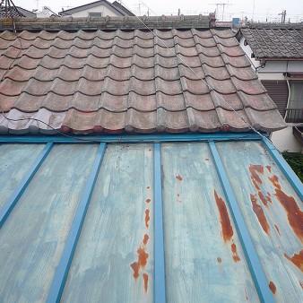 工事中:漆喰直し、瓦交換完了。瓦棒屋根のキャップ交換、取り合い水切り完了。