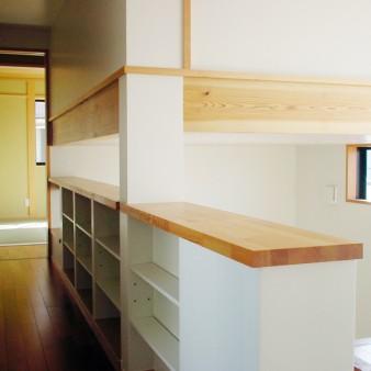 15:2階廊下 2階廊下には本棚を兼ねた手摺があり、アトリエ1の上部にはロフト(書庫)がある。