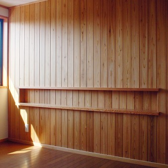 16:主寝室 主寝室と納戸を仕切る壁は、杉の無垢板でヘッドボードを兼ねている。