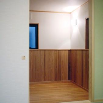 17:寝室 和室2に併設した寝室(ベットスペース)は、急な来客にも対応できる様に、建具1枚で仕切る事が出来る。
