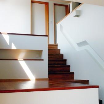 5:アトリエ 居間よりアトリエを見上げる。 床レベルがスキップし、内部に光と風が自然に導かれる。 右側の彫り込み部分は手摺設置ヶ所。