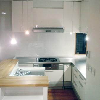 11:台所 アイランドキッチン。シンクとコンロが機能的に分かれている。