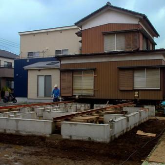 8:曳家工事 新設基礎にレール設置の上、建物のジャッキアップ。