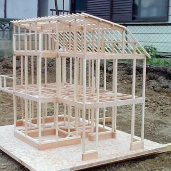 1:模型 構造検討時のスタディ模型。 現地にて確認する事で、窓の位置や大きさも検討する。