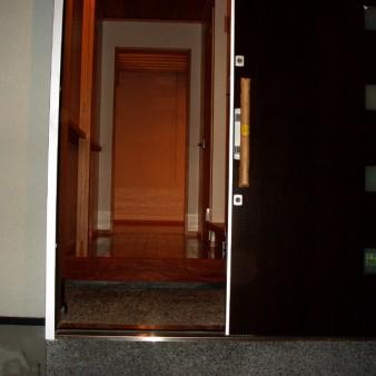 4:玄関 玄関ポーチ。床は砂利洗い出し。 上り框にある左側の独立柱は75㎜角で、手摺としても利用できる様タテに溝が掘ってある。