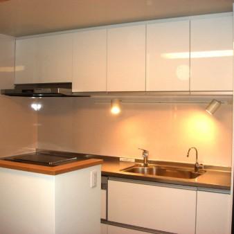 6:台所 キッチン前の壁にはプライバシー確保の為窓は設けず、両脇の窓から通風と光を確保している。