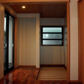 9:食堂 食堂より西面を見る。光が障子を通して空間を柔らかく包む。壁は塗装仕上げ。天井は杉の無垢板。床はカリンの無垢フローリングで床暖房を施している。