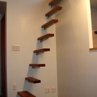 10:食堂 壁よりロフトへの階段が突き出ている。 段板は45㎜のマコーレ無垢材と支持金物の組み合わせ。