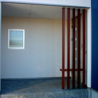 4:玄関ポーチ 玄関ポーチ 床は砂利洗い出し。ルーバーはウリン。カウンターはマコーレ。